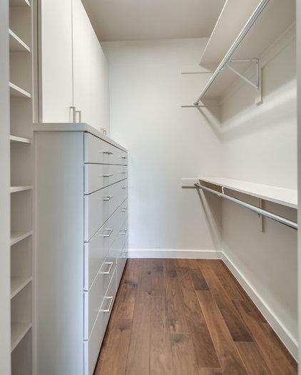 Modern Closet by Classic Urban Homes