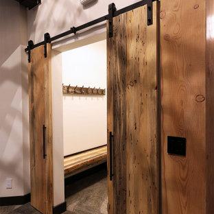 Foto de armario vestidor rústico, de tamaño medio, con suelo de pizarra y suelo gris