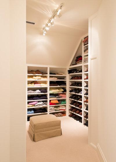 Traditional Closet by Solaris Inc.