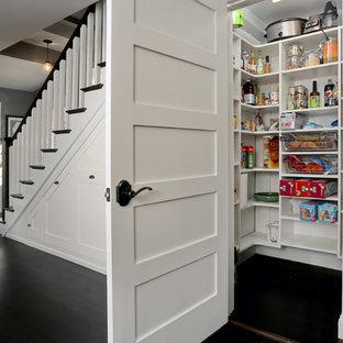 Foto på ett mellanstort funkis walk-in-closet för könsneutrala, med öppna hyllor