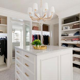 Exempel på ett klassiskt omklädningsrum för kvinnor, med öppna hyllor, vita skåp, heltäckningsmatta och flerfärgat golv