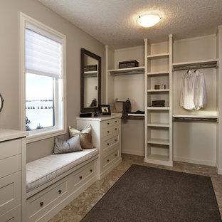 Стильный дизайн: гардеробная комната унисекс в стиле современная классика с открытыми фасадами, белыми фасадами и полом из керамической плитки - последний тренд
