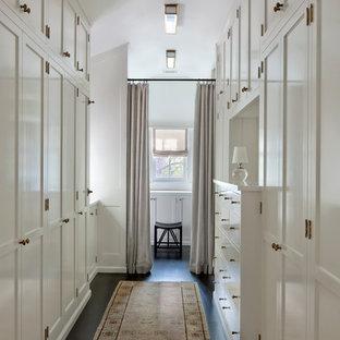 ロサンゼルスの男女兼用ビーチスタイルのおしゃれなウォークインクローゼット (シェーカースタイル扉のキャビネット、白いキャビネット、濃色無垢フローリング、茶色い床) の写真