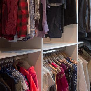 Diseño de armario vestidor unisex, tradicional renovado, de tamaño medio, con armarios con paneles lisos, puertas de armario blancas y moqueta