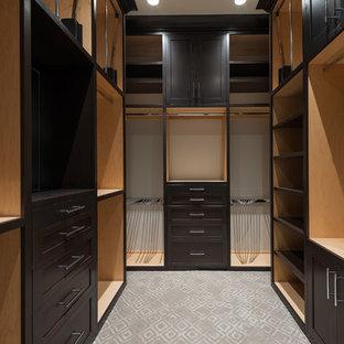 Imagen de armario vestidor de hombre, moderno, de tamaño medio, con armarios con paneles empotrados, puertas de armario de madera en tonos medios y moqueta