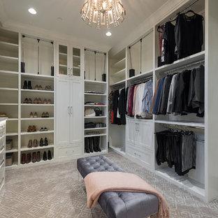 Ejemplo de vestidor de mujer, moderno, extra grande, con armarios con paneles empotrados, puertas de armario blancas y moqueta