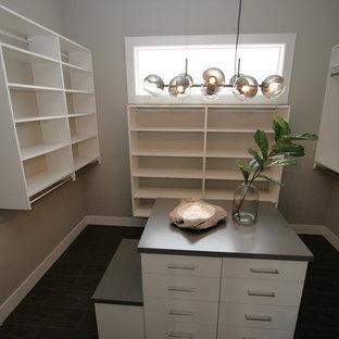 Ispirazione per una cabina armadio unisex classica di medie dimensioni con ante lisce, ante bianche, pavimento in gres porcellanato e pavimento nero