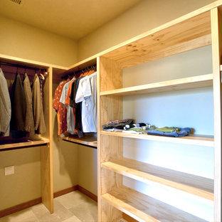 Neutraler Landhaus Begehbarer Kleiderschrank mit offenen Schränken, hellen Holzschränken, Kalkstein und weißem Boden in Sonstige