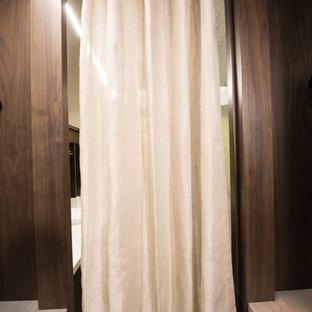 Idéer för ett litet modernt omklädningsrum för könsneutrala, med släta luckor, skåp i mörkt trä och vinylgolv
