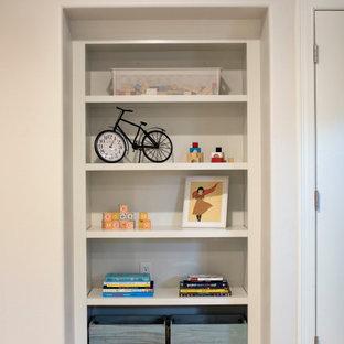 Esempio di un piccolo armadio o armadio a muro unisex classico con nessun'anta, ante bianche, pavimento in vinile e pavimento marrone