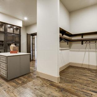Foto de armario vestidor unisex, mediterráneo, extra grande, con armarios tipo vitrina, puertas de armario de madera en tonos medios y suelo de madera en tonos medios