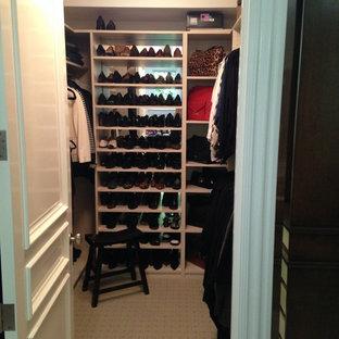 Imagen de armario vestidor de hombre, moderno, pequeño, con puertas de armario de madera clara y moqueta