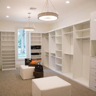 Idéer för ett mellanstort modernt walk-in-closet för könsneutrala, med släta luckor, vita skåp och heltäckningsmatta
