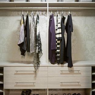 Ejemplo de armario vestidor de mujer, moderno, pequeño, con armarios con paneles lisos, puertas de armario de madera clara y suelo de madera clara