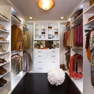 Idéer för ett stort rustikt walk-in-closet för könsneutrala, med släta luckor och vita skåp
