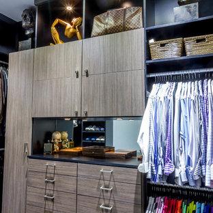 Diseño de armario vestidor unisex, moderno, de tamaño medio, con armarios con paneles lisos, moqueta y puertas de armario marrones