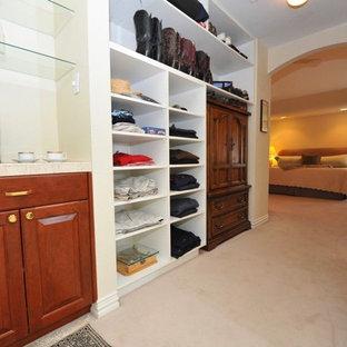 Diseño de armario vestidor unisex, clásico, de tamaño medio, con armarios abiertos, puertas de armario blancas y moqueta