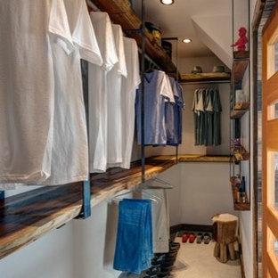 Cette image montre un dressing chalet de taille moyenne et neutre avec un placard sans porte, des portes de placard en bois brun et moquette.
