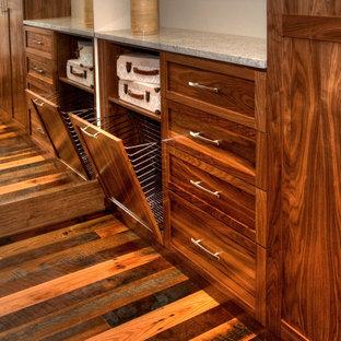 Imagen de armario vestidor de mujer, clásico renovado, grande, con armarios estilo shaker, puertas de armario de madera en tonos medios, suelo de madera en tonos medios y suelo multicolor