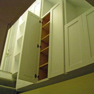 Idee per armadi e cabine armadio tradizionali con ante in stile shaker e ante bianche
