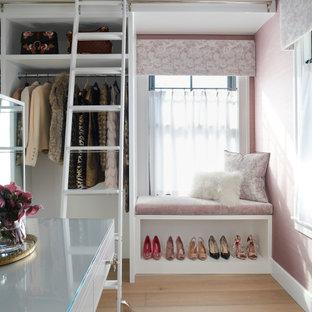 Idéer för en klassisk garderob, med öppna hyllor och vita skåp