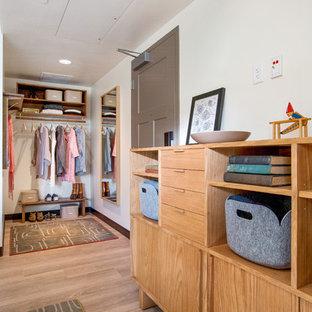 Kleines, Neutrales Modernes Ankleidezimmer mit Ankleidebereich, offenen Schränken, hellbraunen Holzschränken und Vinylboden in San Francisco