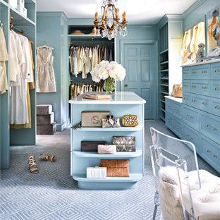 Modelo de armario vestidor de mujer, tradicional, con armarios con paneles empotrados, puertas de armario azules, moqueta y suelo azul