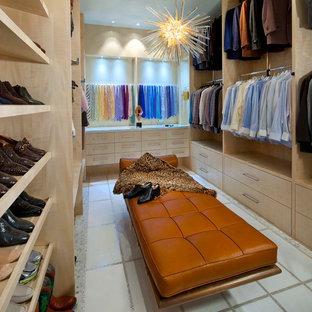 ダラスの広い男性用コンテンポラリースタイルのおしゃれなフィッティングルーム (フラットパネル扉のキャビネット、淡色木目調キャビネット、セラミックタイルの床) の写真