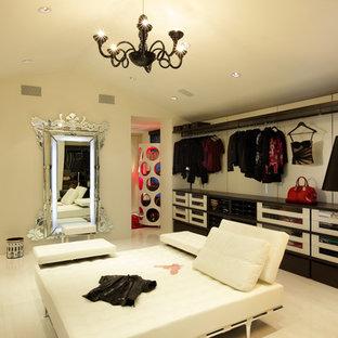 Foto de armario vestidor de mujer, mediterráneo, extra grande, con armarios tipo vitrina, puertas de armario blancas y suelo de baldosas de porcelana
