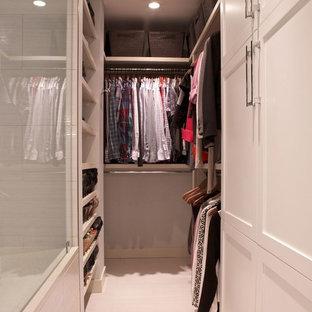 Foto de armario vestidor unisex, contemporáneo, pequeño, con armarios estilo shaker, puertas de armario blancas y suelo de baldosas de porcelana