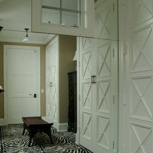 Exempel på ett mycket stort exotiskt omklädningsrum för könsneutrala, med luckor med infälld panel, vita skåp och heltäckningsmatta