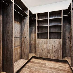 Idee per una cabina armadio unisex mediterranea con parquet scuro