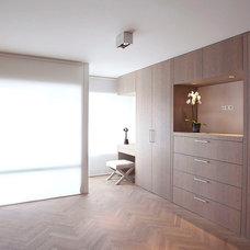Contemporary Closet by PuurFlow