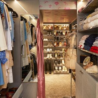 Diseño de armario vestidor unisex, ecléctico, de tamaño medio, con armarios con paneles lisos, moqueta y suelo beige