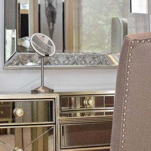 Diseño de vestidor de mujer, tradicional renovado, extra grande, con armarios abiertos, puertas de armario grises, suelo de piedra caliza y suelo beige