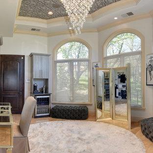 Idee per un ampio spazio per vestirsi per donna classico con nessun'anta, ante grigie, pavimento in pietra calcarea e pavimento beige