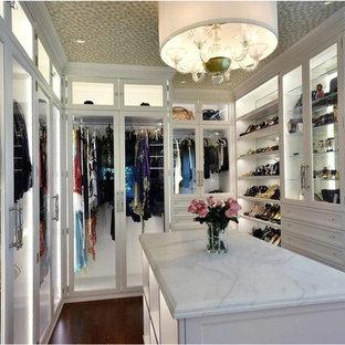 Foto de armario vestidor de mujer, tradicional, grande, con armarios tipo vitrina, puertas de armario blancas, suelo de madera oscura y suelo marrón