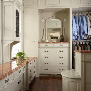 Imagen de vestidor unisex, tradicional, con puertas de armario beige y suelo de madera oscura