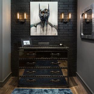 Ejemplo de armario vestidor de hombre, industrial, de tamaño medio, con armarios con paneles lisos, suelo marrón y suelo de madera en tonos medios