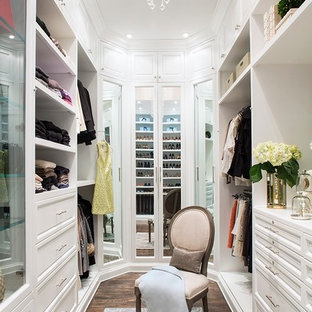 Ejemplo de vestidor de mujer, tradicional, grande, con armarios abiertos, puertas de armario blancas, suelo marrón y suelo de madera oscura
