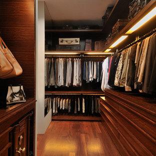 Foto de armario vestidor unisex, contemporáneo, con puertas de armario de madera en tonos medios y suelo marrón