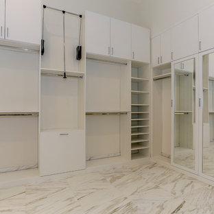 Idee per una grande cabina armadio unisex contemporanea con ante lisce, ante bianche, pavimento in marmo e pavimento beige