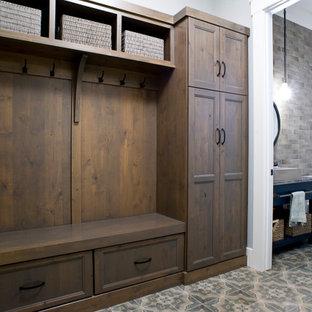 Idéer för en stor lantlig garderob, med släta luckor och bruna skåp