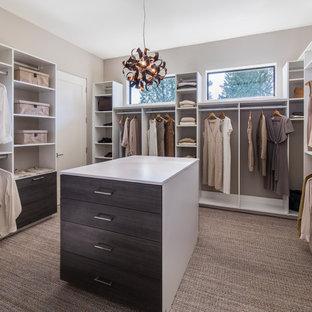 Foto på ett funkis walk-in-closet för kvinnor, med öppna hyllor, vita skåp, heltäckningsmatta och grått golv