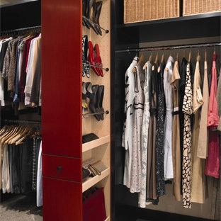 ヒューストンの大きい男女兼用コンテンポラリースタイルのおしゃれなウォークインクローゼット (フラットパネル扉のキャビネット、赤いキャビネット、カーペット敷き、ベージュの床) の写真