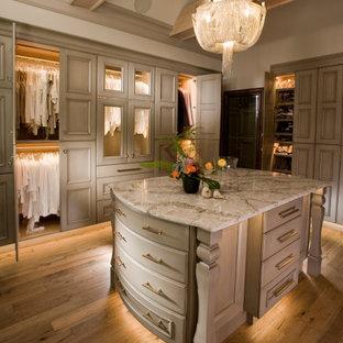 Imagen de vestidor unisex, clásico, grande, con armarios con paneles empotrados, puertas de armario beige, suelo de madera en tonos medios y suelo marrón
