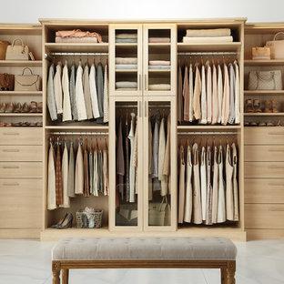 Ispirazione per una cabina armadio per donna design con ante lisce, ante in legno chiaro e pavimento in marmo
