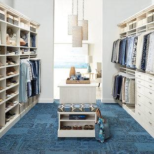 Imagen de armario vestidor unisex, clásico renovado, con armarios con paneles lisos, moqueta y puertas de armario beige