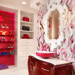 オースティンの大きい女性用コンテンポラリースタイルのおしゃれなフィッティングルーム (フラットパネル扉のキャビネット、白いキャビネット、大理石の床) の写真