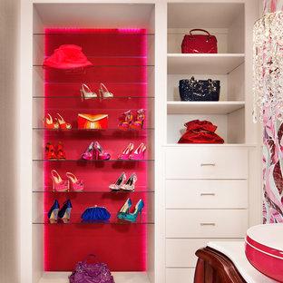Ejemplo de vestidor de mujer, actual, grande, con armarios con paneles lisos, puertas de armario blancas y suelo de mármol